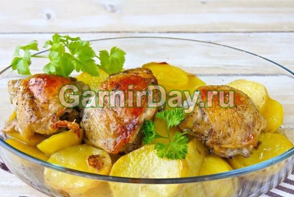 Базовый рецепт куриных бедер с картошкой в духовке «Ничего лишнего»