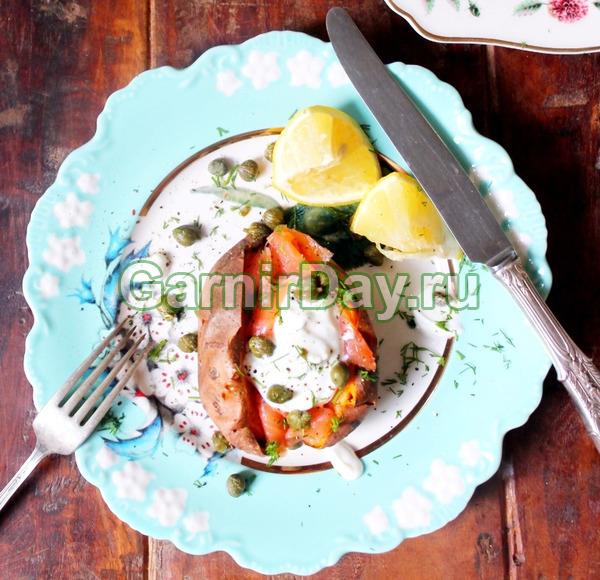 Сладкий картофель копченой макрелью и йогуртом