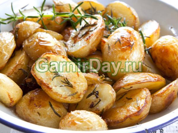 Картофель по-деревенски, приготовленный на гриле