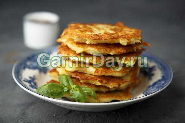 Картофельно-сырные оладьи в духовке с клюквенным соусом