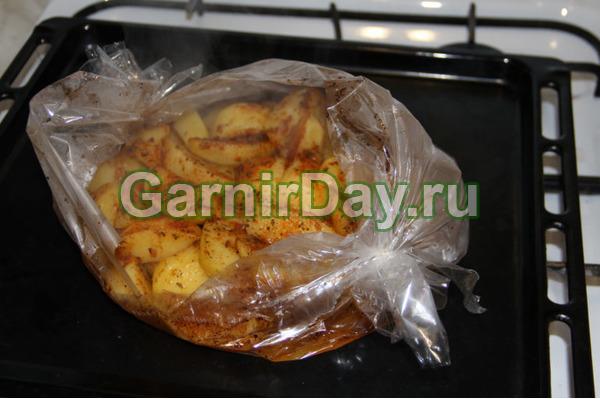 Картофель в рукаве – пикантный