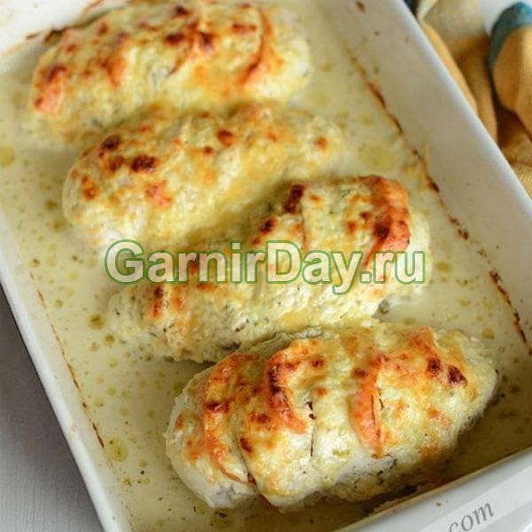 Запеченная куриная грудка под сливочно-сметанным соусом с яйцом и сыром- для влюбленных